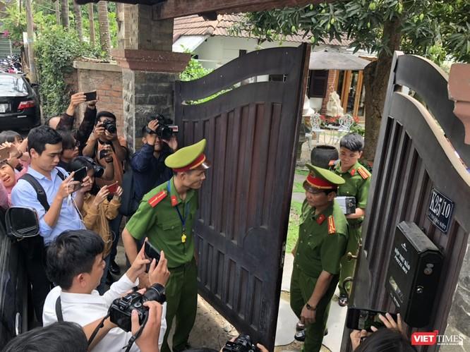 Khám xét nhà cựu Chủ tịch TP. Đà Nẵng: Công an thu giữ 1 máy tính và nhiều tài liệu ảnh 4