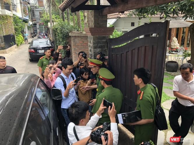 Khám xét nhà cựu Chủ tịch TP. Đà Nẵng: Công an thu giữ 1 máy tính và nhiều tài liệu ảnh 5