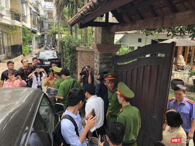 Khám xét nhà cựu Chủ tịch TP. Đà Nẵng: Công an thu giữ 1 máy tính và nhiều tài liệu ảnh 6