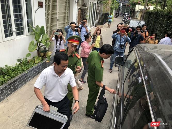 Khám xét nhà cựu Chủ tịch TP. Đà Nẵng: Công an thu giữ 1 máy tính và nhiều tài liệu ảnh 7
