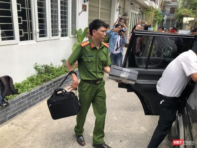 Khám xét nhà cựu Chủ tịch TP. Đà Nẵng: Công an thu giữ 1 máy tính và nhiều tài liệu ảnh 9