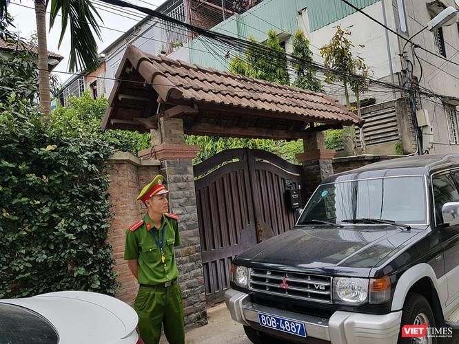 Công an mặc sắc phục, đi xe bía»ƒn xanh đã có mặt trước nhà ông Trần Văn Minh sáng 18/4
