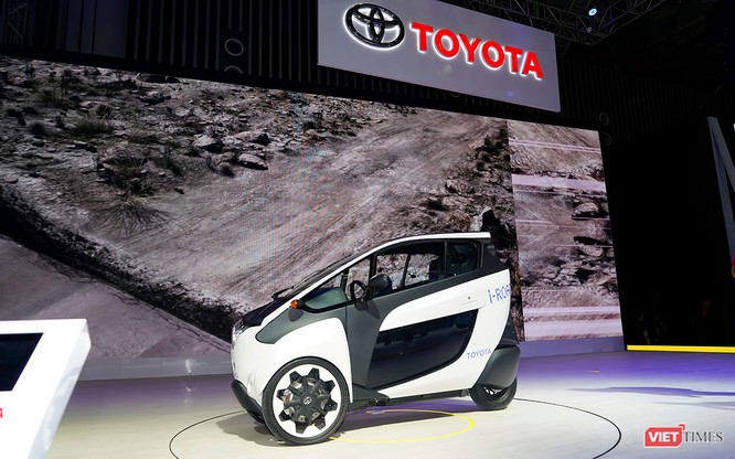 Toyota i-ROAD: Mẫu xe lai giữa ô tô và mô tô, nặng 300 kg ảnh 1