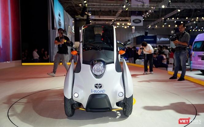 Toyota i-ROAD: Mẫu xe lai giữa ô tô và mô tô, nặng 300 kg ảnh 2