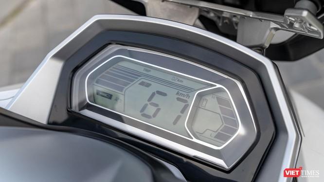 Cụm đồng hồ điện tử đơn sắc cho khả năng hiển thị rõ ràng ngay cả khi trời nắng gắt.