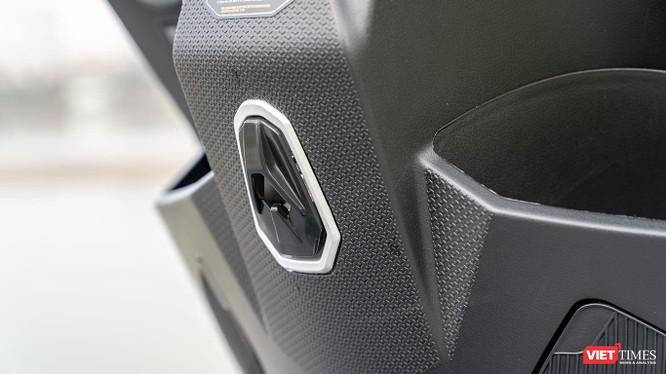 Móc treo đồ hơi khó lấy ra và thiết kế không cho thấy sự cứng cáp để treo các vật dụng có trọng lượng lớn.