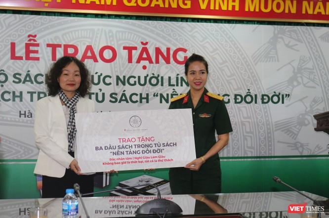 """Hội Truyền thông số Việt Nam trao tặng bộ sách """"Ký ức người lính"""" cho Thư viện Quân đội ảnh 2"""