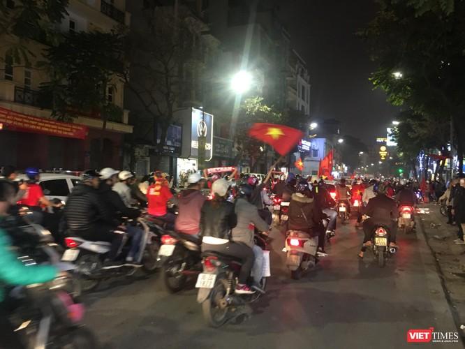 Người dân đổ ra đường reo hò mừng chiến thắng lịch sử của bóng đá Việt Nam ảnh 6