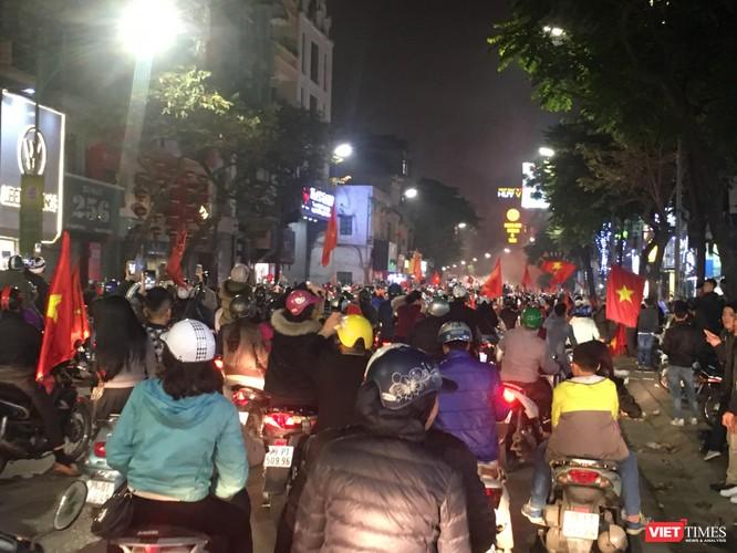 Người dân đổ ra đường reo hò mừng chiến thắng lịch sử của bóng đá Việt Nam ảnh 5