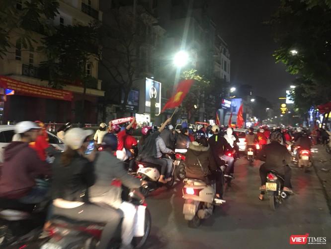 Người dân đổ ra đường reo hò mừng chiến thắng lịch sử của bóng đá Việt Nam ảnh 11
