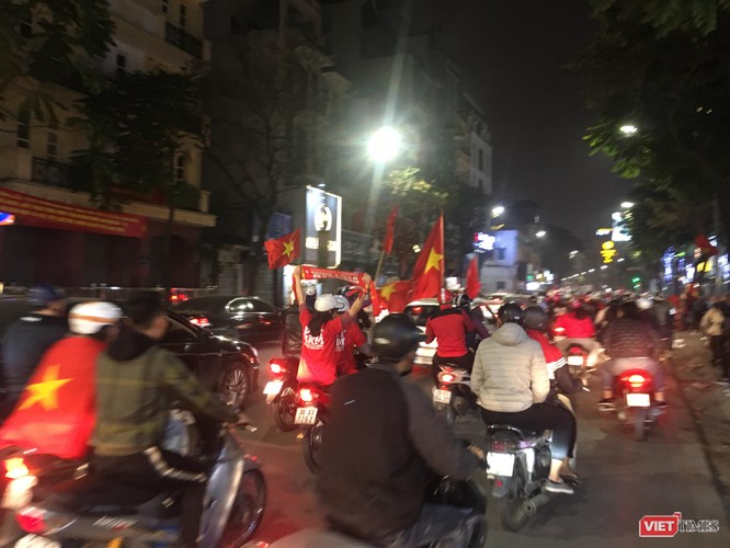 Người dân đổ ra đường reo hò mừng chiến thắng lịch sử của bóng đá Việt Nam ảnh 12