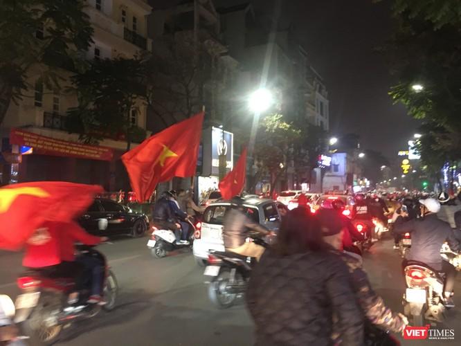 Người dân đổ ra đường reo hò mừng chiến thắng lịch sử của bóng đá Việt Nam ảnh 13