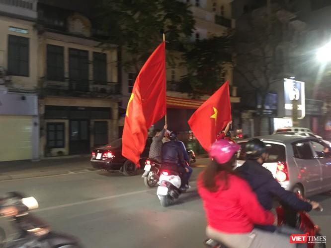 Người dân đổ ra đường reo hò mừng chiến thắng lịch sử của bóng đá Việt Nam ảnh 14
