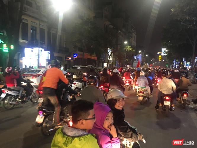 Người dân đổ ra đường reo hò mừng chiến thắng lịch sử của bóng đá Việt Nam ảnh 15