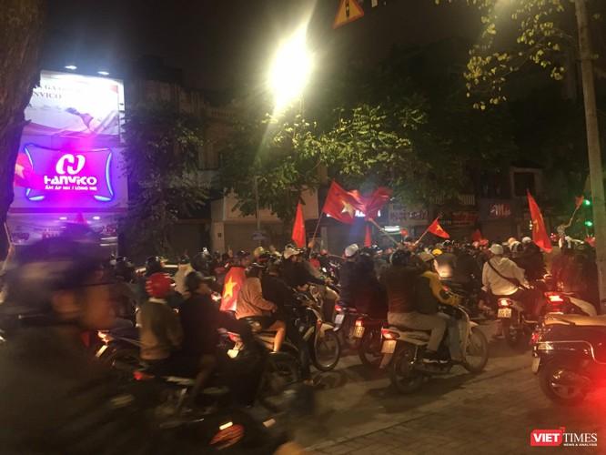 Người dân đổ ra đường reo hò mừng chiến thắng lịch sử của bóng đá Việt Nam ảnh 16