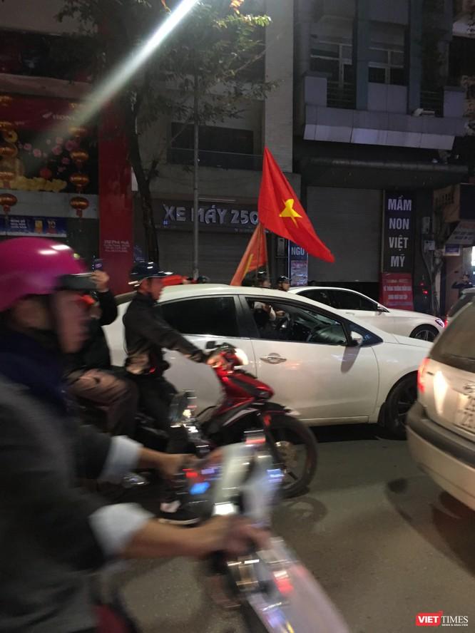Người dân đổ ra đường reo hò mừng chiến thắng lịch sử của bóng đá Việt Nam ảnh 7