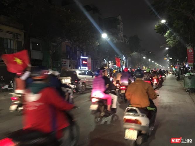 Người dân đổ ra đường reo hò mừng chiến thắng lịch sử của bóng đá Việt Nam ảnh 8