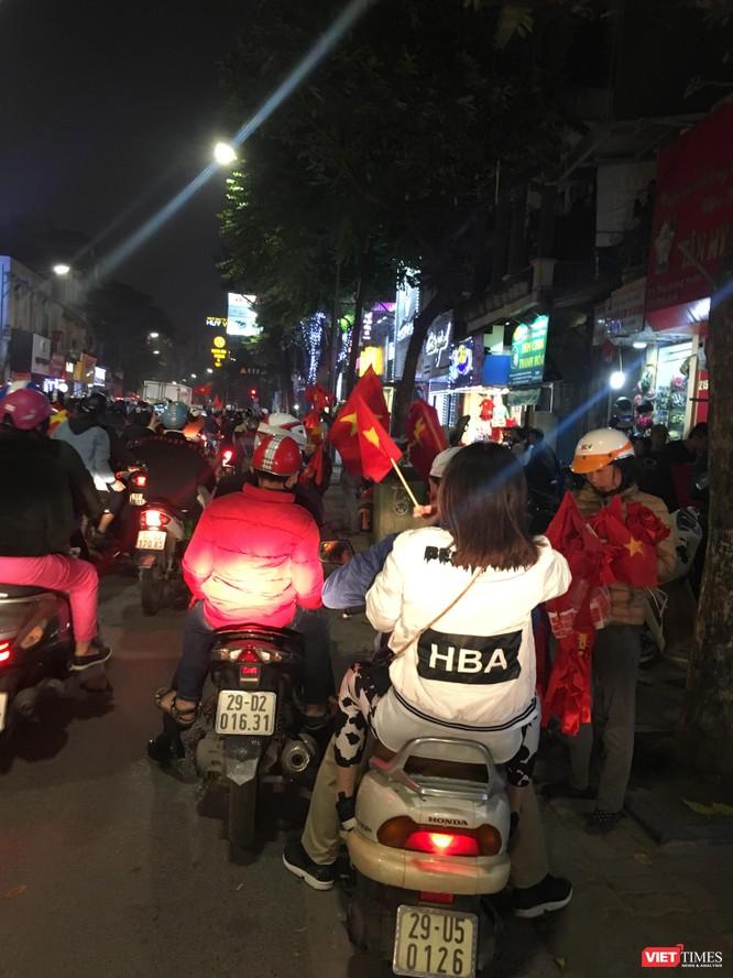 Người dân đổ ra đường reo hò mừng chiến thắng lịch sử của bóng đá Việt Nam ảnh 9