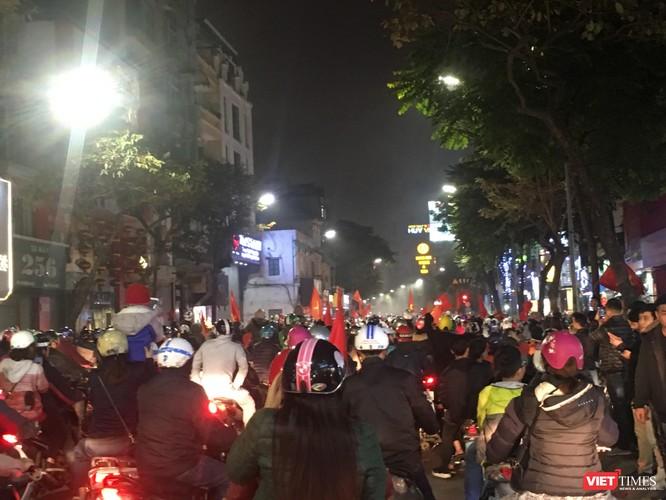 Người dân đổ ra đường reo hò mừng chiến thắng lịch sử của bóng đá Việt Nam ảnh 10