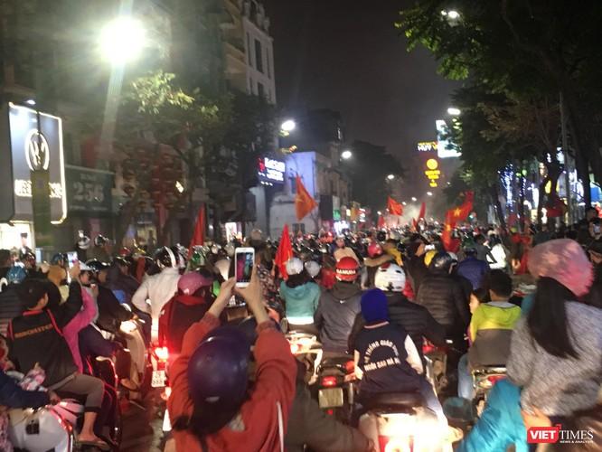 Người dân đổ ra đường reo hò mừng chiến thắng lịch sử của bóng đá Việt Nam ảnh 2