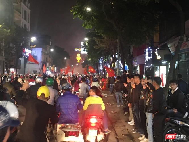 Người dân đổ ra đường reo hò mừng chiến thắng lịch sử của bóng đá Việt Nam ảnh 3