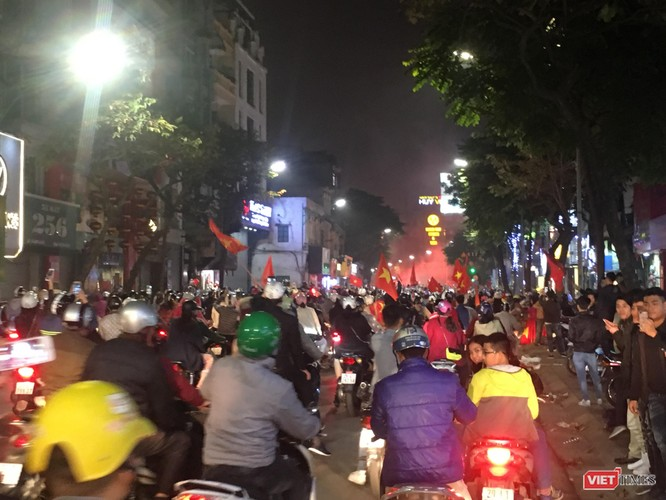 Người dân đổ ra đường reo hò mừng chiến thắng lịch sử của bóng đá Việt Nam ảnh 4