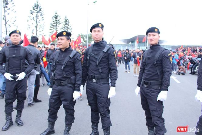 Chùm ảnh về lực lượng an ninh bảo vệ cho đội tuyển U23 tại sân bay ảnh 4