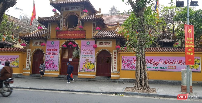Hình ảnh đền chùa và quán xá Hà Nội chiều mùng 5 Tết ảnh 13