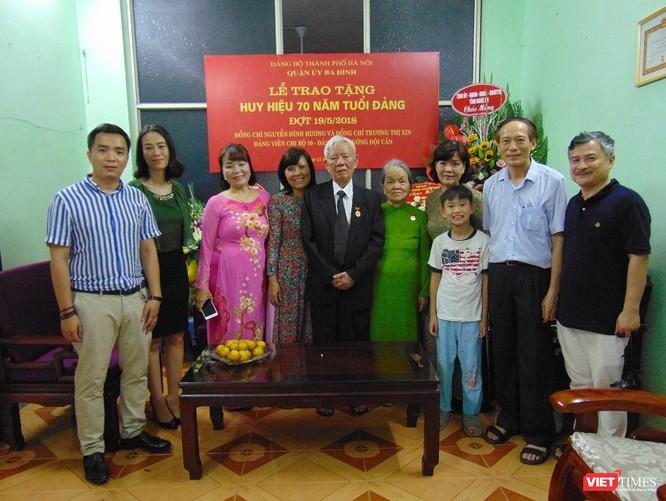 Trao huy hiệu 70 năm tuổi Đảng cho vợ chồng Đảng viên Nguyễn Đình Hương ảnh 1