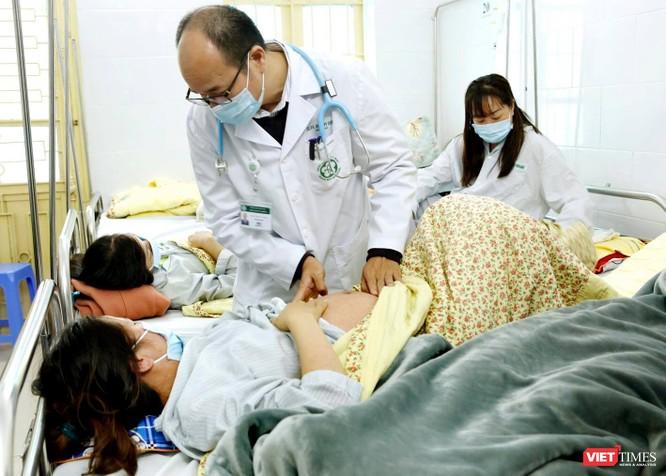 PGS. TS Đỗ Duy Cường khám bệnh cho BN sởi điều trị.