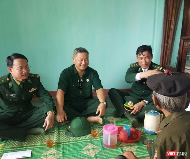Ngồi ngoài cùng bên trái - ông Lê Văn Hiếu, đồn trưởng Đồn Biên phòng Cửa khẩu quốc tế La Lay cùng các chiến sĩ biên phòng trong ngôi nhà vừa bàn giao cho ông Côn Liên
