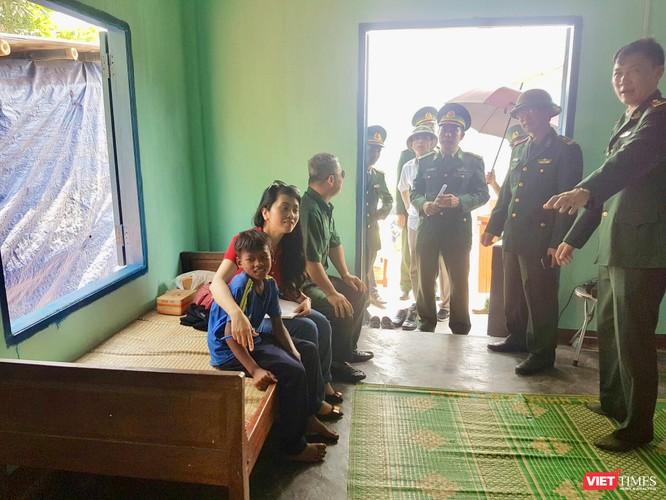 Cán bộ chiến sĩ Đồn Biên phòng Cửa khẩu quốc tế La Lay chung sức giúp dân nghèo