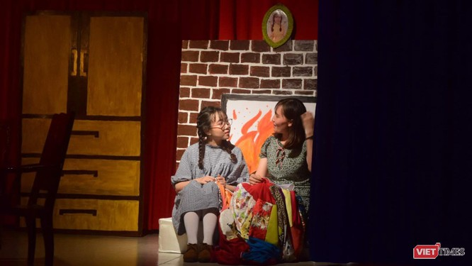 """Diễn kịch bằng tiếng Anh, sinh viên thích được """"trả bài"""" thầy cô ảnh 1"""