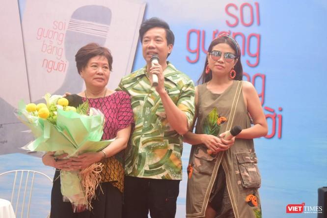 Nhiều ca sĩ, nghệ sĩ, diễn viên đến chúc mừng đạo diễn Việt Linh