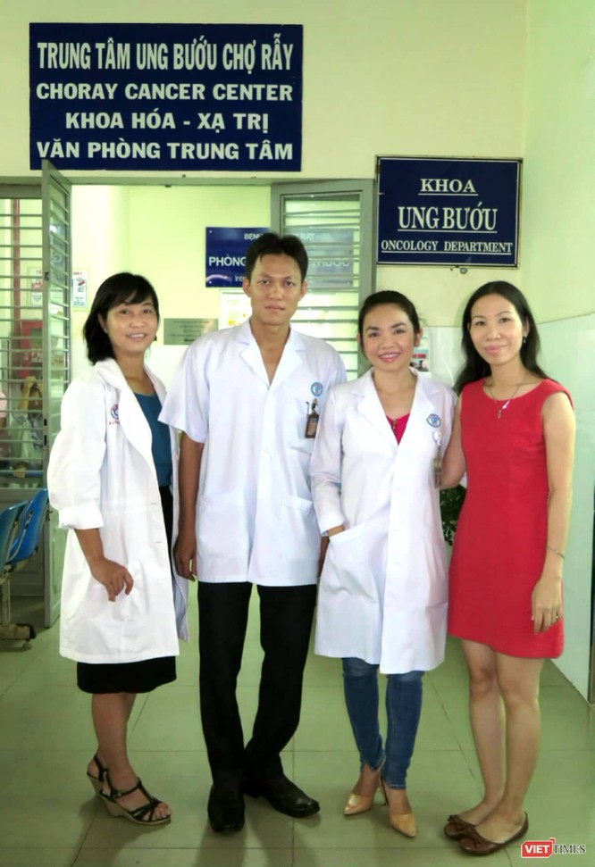 Chị Lê Thị Kim Thư (áo đỏ) tới cảm ơn các bác sĩ đã điều trị cho chị tại BV Chợ Rẫy