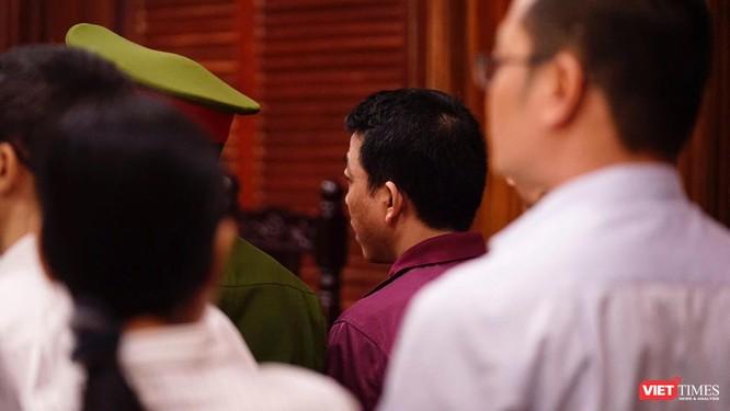 Bị cáo Nguyễn Minh Hùng (áo tím) trước HĐXX