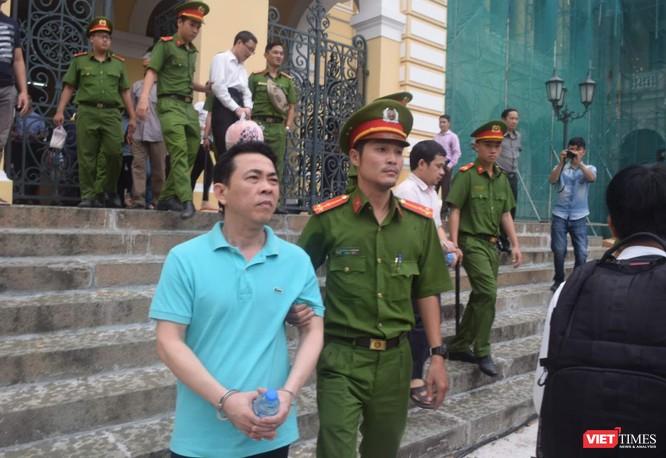 Bị cáo Nguyễn Minh Hùng về trại tạm giam chờ tòa tuyên vào chiều mai 1/10