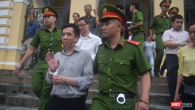 Bị cáo Võ Mạnh Cường vẫy chào người thân để quay về trại giam sau phiên tòa