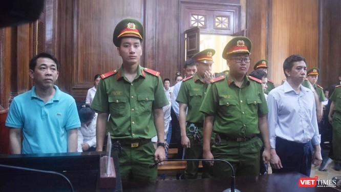 Bị cáo Nguyễn Minh Hùng (bên trái) và Võ Mạnh Cường (bên phải) tại phiên tòa hôm 1/10