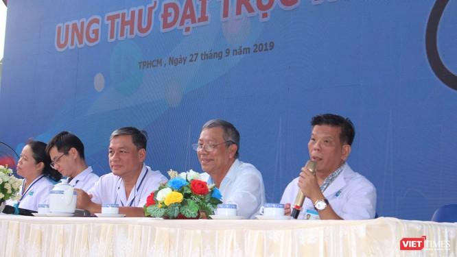 Bác sĩ Trần Nguyên Hà trao đổi tại một hội thảo