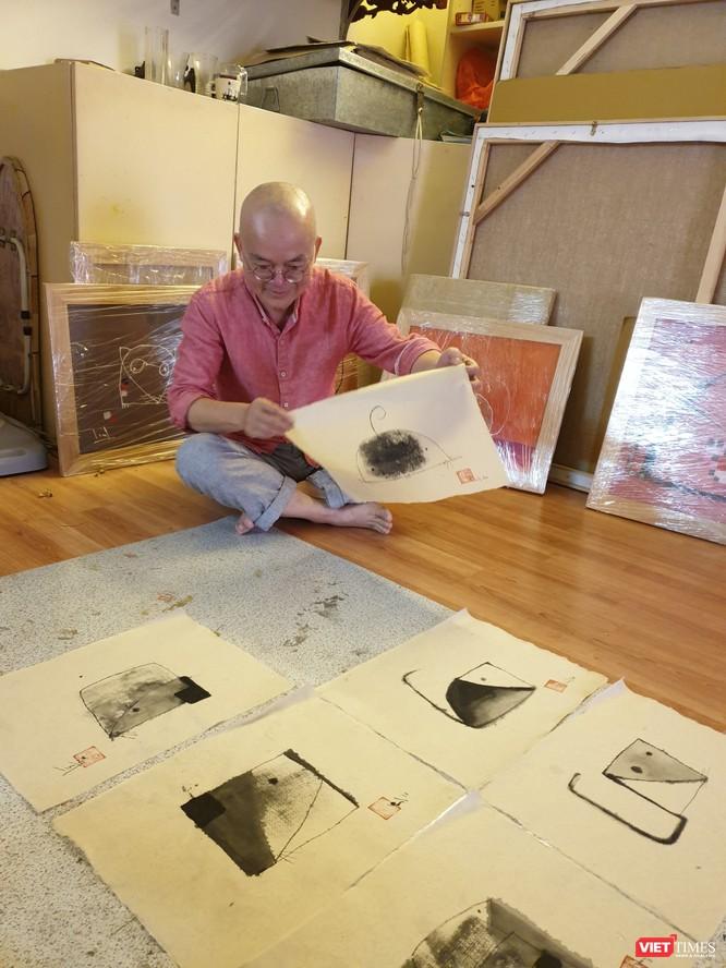 Họa sĩ Tào Linh bên bộ tranh chuột tại xưởng vẽ