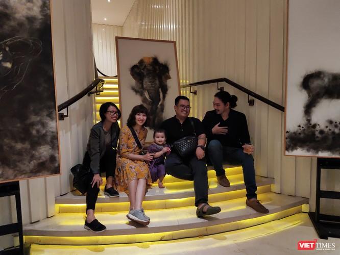 Người tham dự triển lãm chụp ảnh lưu niệm cùng họa sĩ Trung Nghĩa (bên phải ảnh)