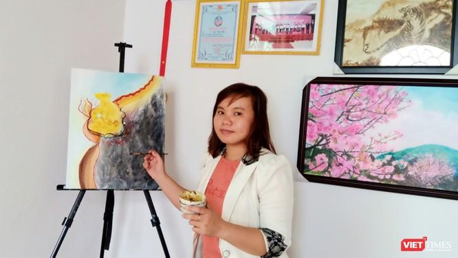 Họa sĩ Kim Út bên chùm tranh chuột đón Tết Canh Tý