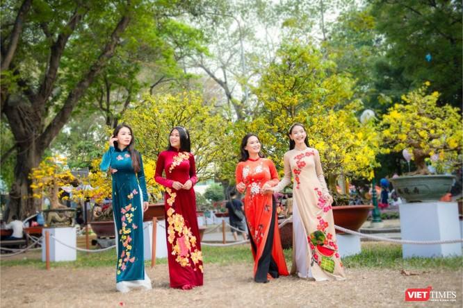 Áo dài xuân của NTK Việt Hùng tung bay đón Tết Canh Tý 2020 ảnh 7