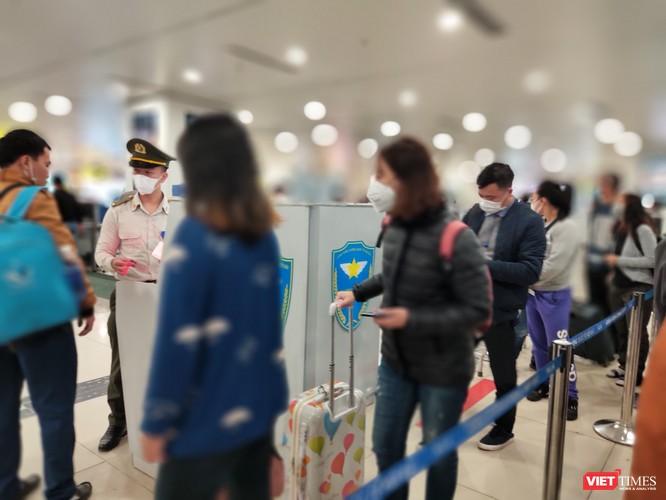 Cả hành khách lẫn nhân viên sân bay đều phải đeo khẩu trang