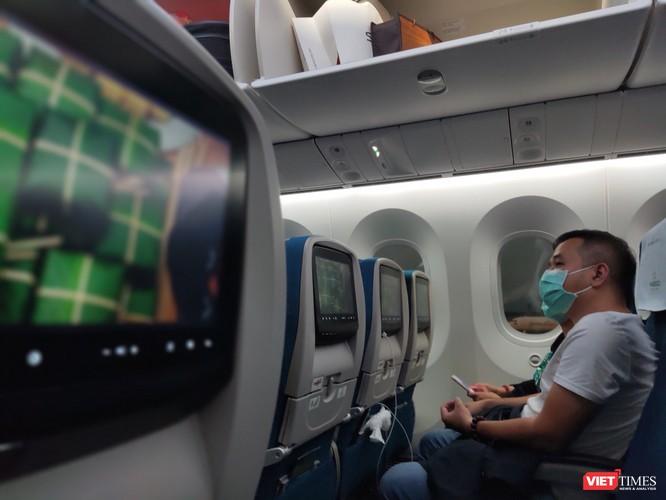 Hành khách đeo khẩu trang suốt chuyến bay Tết
