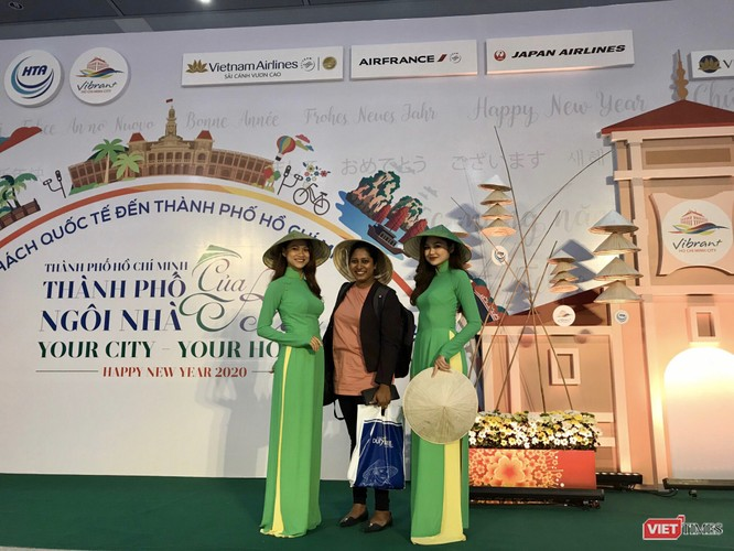Tặng nón, tặng quà khách du lịch đến TPHCM hôm 1/1/2020