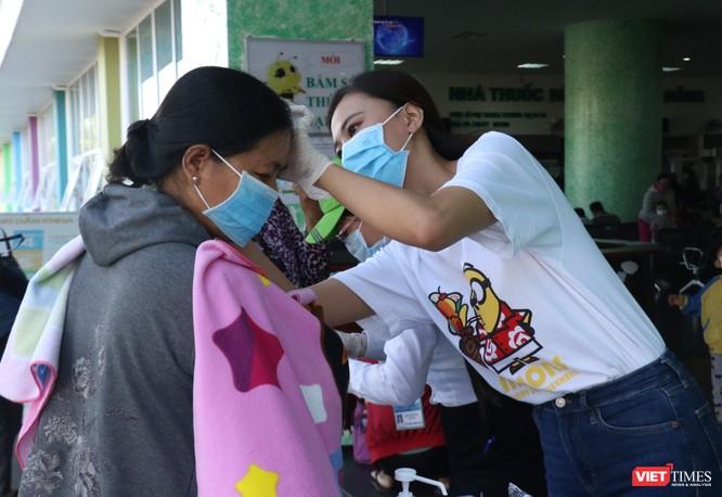 Á hậu Kim Duyên phát khẩu trang y tế miễn phí tại BV Cần Thơ ảnh 3
