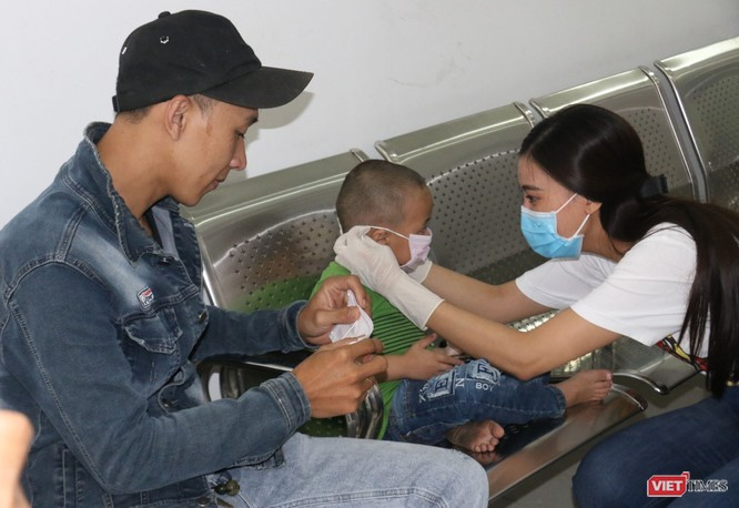 Á hậu Kim Duyên phát khẩu trang y tế miễn phí tại BV Cần Thơ ảnh 4