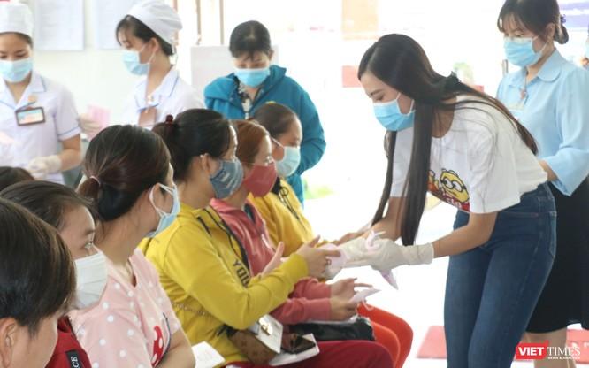 Á hậu Kim Duyên phát khẩu trang y tế miễn phí tại BV Cần Thơ ảnh 1
